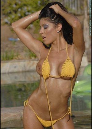 Титьки в желтом купальнике - фото 14