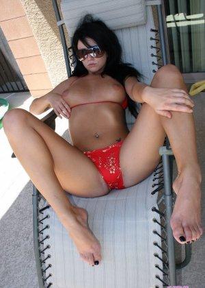 Брюнетка лежит в шезлонге в бикини и без - фото 11