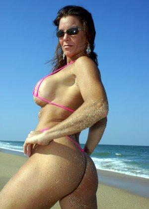 Большая грудь женщины в купальнике - фото 4
