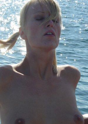 Секс на яхте со зрелой блондинкой в купальнике - фото 8