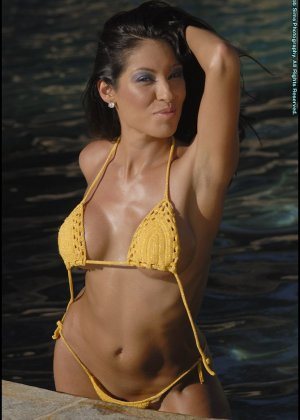Титьки в желтом купальнике - фото 12