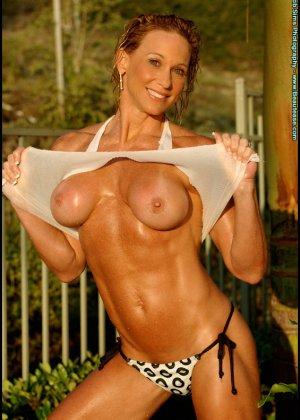 Мускулистая женщина в микро бикини - фото 8