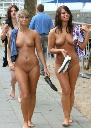 Голые молодые девушки на пляже - фото 10