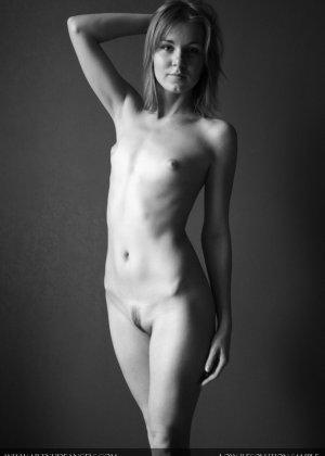 Голая телочка с плоской грудью - фото 11