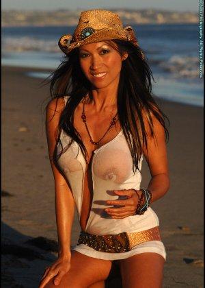 Голая женщина в ковбойской шляпе на пляже - фото 7