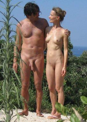 Голые женщины на нудистском пляже - фото 3