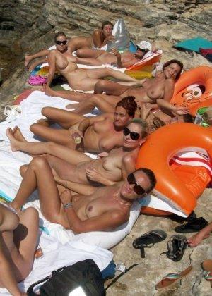 Красивые голые девушки на пляже - фото 3