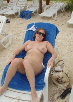 Голые нудистки на пляже - фото 11