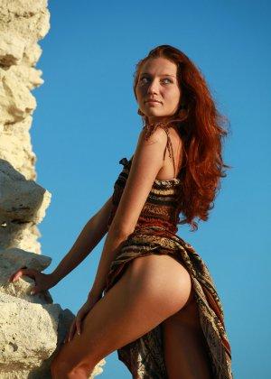 Голая худая рыжая девушка на природе - фото 2
