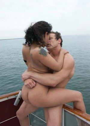 Ебет зрелую латинку в бикини на яхте - фото 12