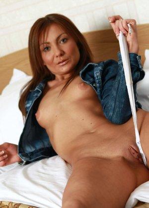 Бритое влагалище зрелой женщины с маленькими сиськами - фото 12