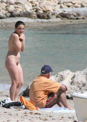 Голые женщины на нудистском пляже - фото 12