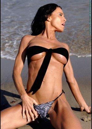 Женщина в мини купальнике на море - фото 9