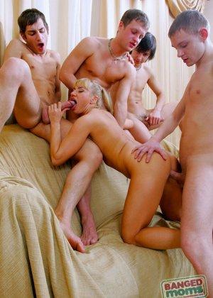 Анальный трах толпой в жопу русской блондинки - фото 12