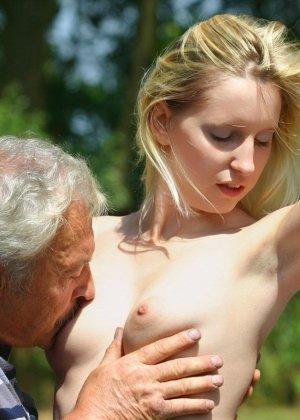 Молодая блондинка ебется на улице со стариком - фото 7
