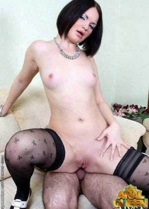 Женщина любит заниматься сексом, включая анальным, с двумя мужчинами - фото 14