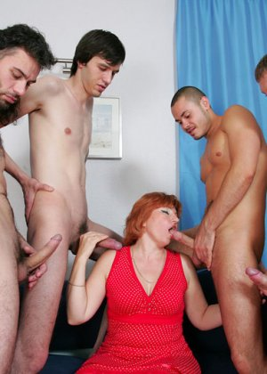 Пожилая захотела группового секса - фото 2