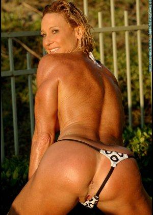 Мускулистая женщина в микро бикини - фото 15