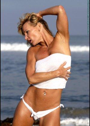Подкачанная женщина за 40 в купальнике - фото 3