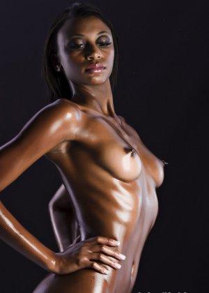 Сексуальная голая негритянка - фото 7
