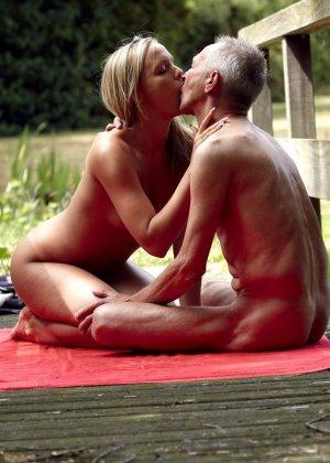 Секс пожилого мужчины с молодой блондинкой - фото 5