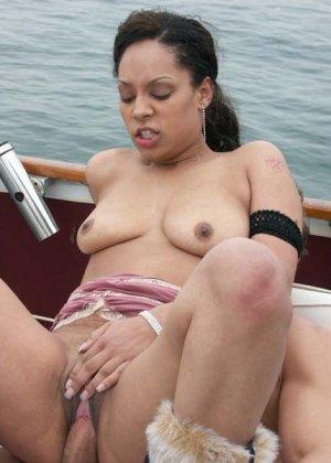Ебет зрелую латинку в бикини на яхте - фото 5