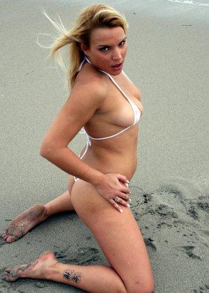 Блондинка в бикини с небольшой грудью и большой жопой - фото 5