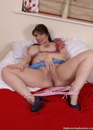 Голая пизда знойной грудастой дамочки - фото 10