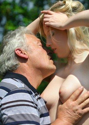 Молодая блондинка ебется на улице со стариком - фото 6
