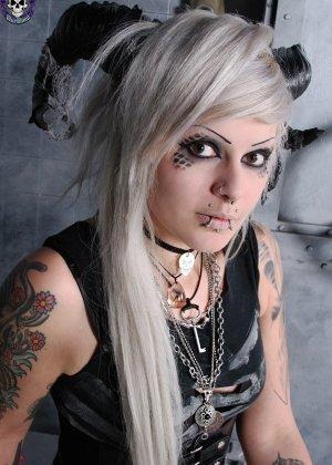 Татуированная эмо в чулках с бритой пиздой - фото 1