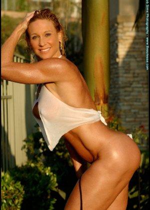 Мускулистая женщина в микро бикини - фото 7
