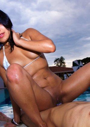 Секс с женщиной в купальнике - фото 8