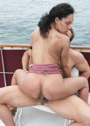 Ебет зрелую латинку в бикини на яхте - фото 19