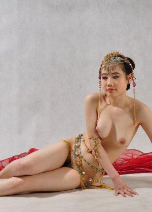 Голая сексуальная азиатка - фото 8
