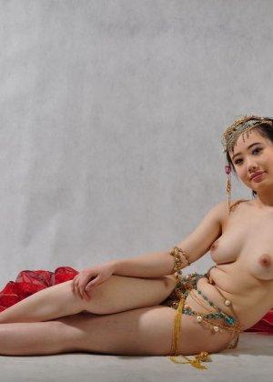 Голая сексуальная азиатка - фото 7