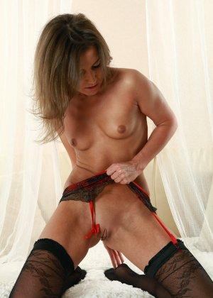Красивая бритая вагина девушки в чулках - фото 8