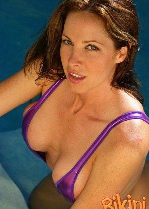 Женщина с большой грудью в красивом бикини - фото 6