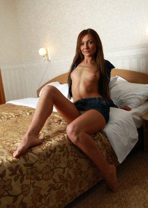 Бритое влагалище зрелой женщины с маленькими сиськами - фото 3
