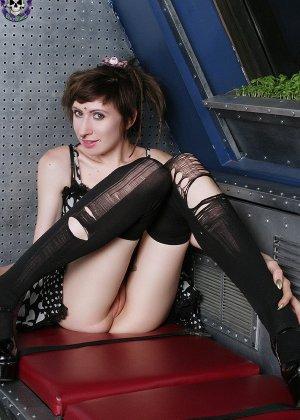 Неформальная подружка с бритым влагалищем и плоской грудью - фото 7