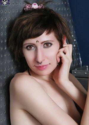 Неформальная подружка с бритым влагалищем и плоской грудью - фото 14