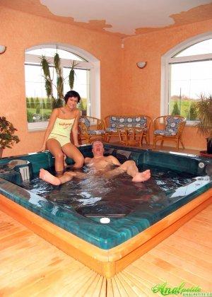 В бассейне зрелая трахается в жопу - фото 5