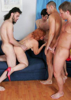 Пожилая захотела группового секса - фото 3