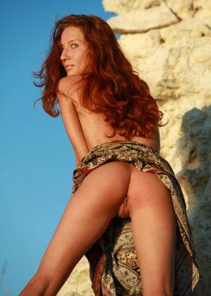 Голая худая рыжая девушка на природе - фото 15