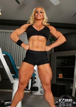 Накаченная блондинка в спортзале - фото 4