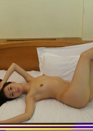 Молодая худенькая азиатка - фото 10
