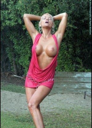 Шикарная зрелая блондинка с голой мокрой пиздой - фото 7