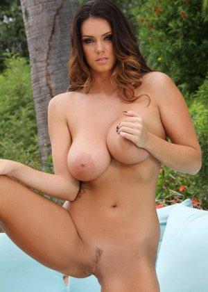 Грудастая женщина у бассейна снимает бикини - фото 14