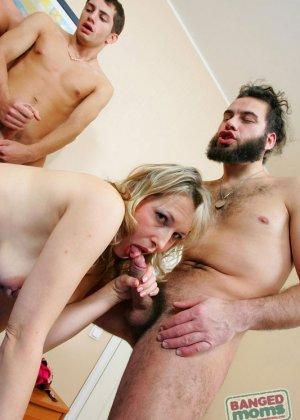 Зрелая ебется в анал с молоденькими парнями - фото 9