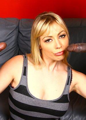 Блондинка и два негра с большими хуями - фото 3