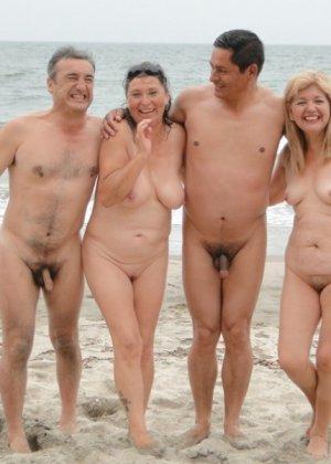 Голые нудистки на пляже - фото 3